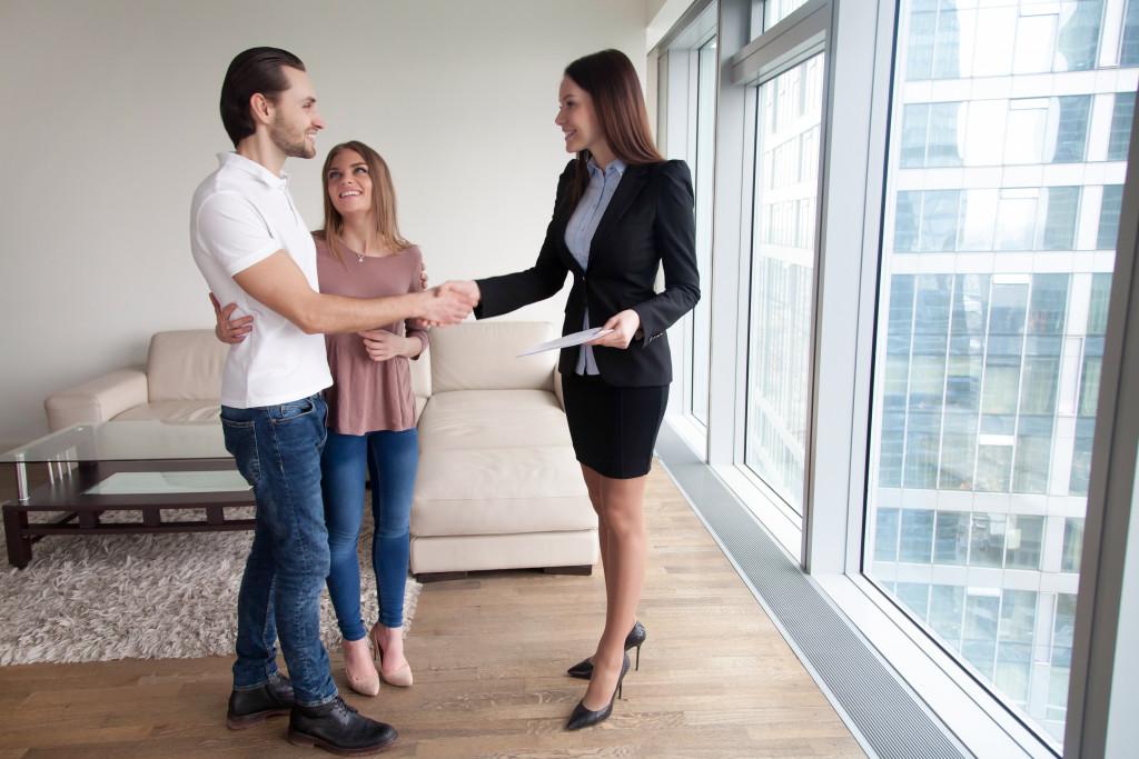 couple renting apartment